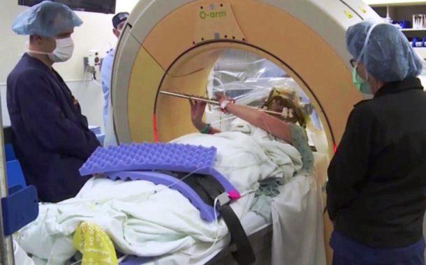 Babaeng tumutugtog ng flute habang sumasailalim sa Brain Surgery