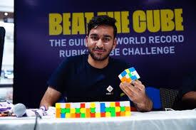 Lalaki sa India, naka-solve ng higit 2-libong Rubik's cubes, sa loob ng 24-oras na isang kamay lang ang gamit