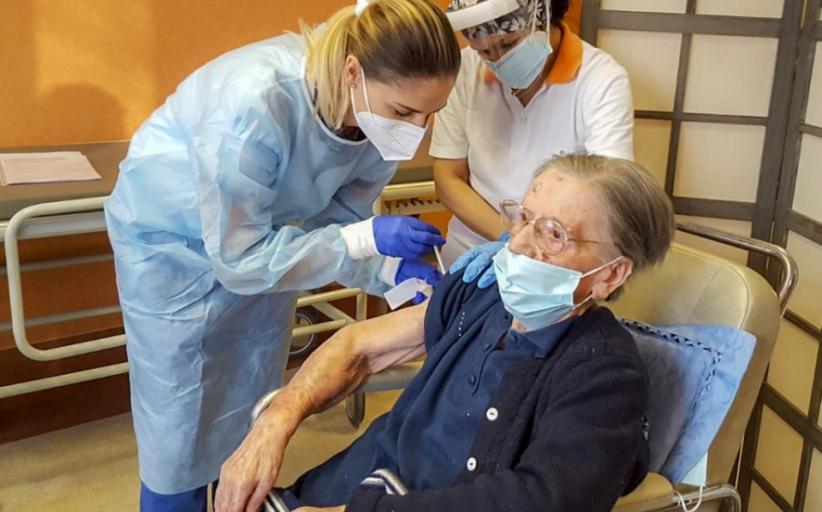 108-anyos na lola sa Italy, binakunahan laban sa  COVID-19