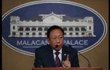 OSG Calida iprinisinta sa oral arguments ng Korte Suprema ang ISIS flag na narekober sa Marawi City