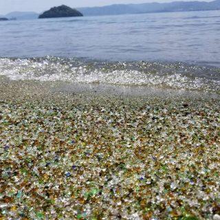 Beach sa Japan, gawa sa makukulay na Recycled glass