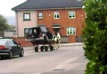 SUV na hinihila ng kabayo sa Ireland