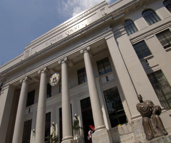 Abogadong hindi ibinigay ang settlement money na para sa kanyang kliyente, pinatawan ng disbarment ng Korte Suprema